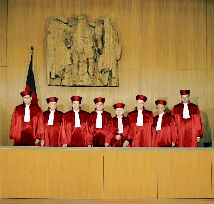 Bundesarchiv B 145 Bild-F083314-0010, Karlsruhe, Bundesverfassungsgericht, II. Senat (retuschiert).jpg
