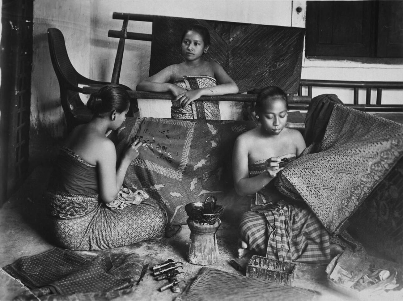 File:COLLECTIE TROPENMUSEUM Een geposeerde opname van een kleine batikwerkplaats. Middenvoor enkele cantings. De vrouwen dragen een kemben (borstdoek). Java TMnr 60034291.jpg