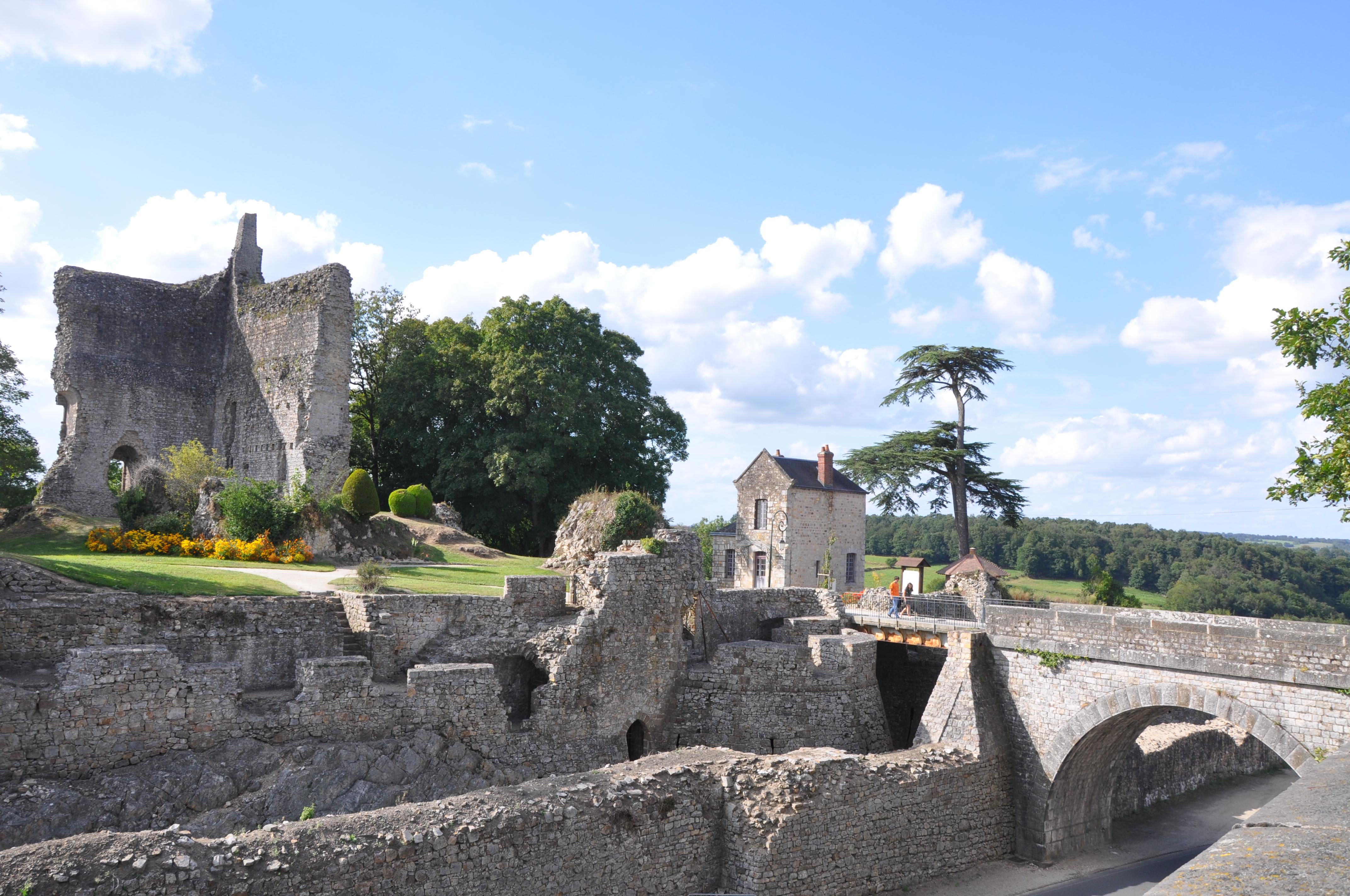 file castle of domfront 2 france jpg wikimedia commons. Black Bedroom Furniture Sets. Home Design Ideas