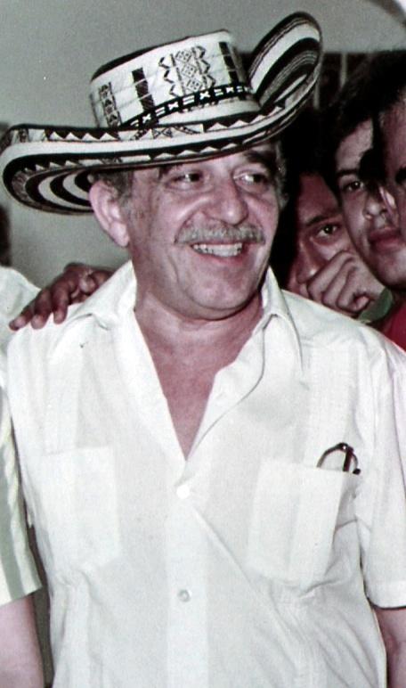 Gabriel García Márquez in una foto del 1984, mentre indossa un tipico copricapo colombiano