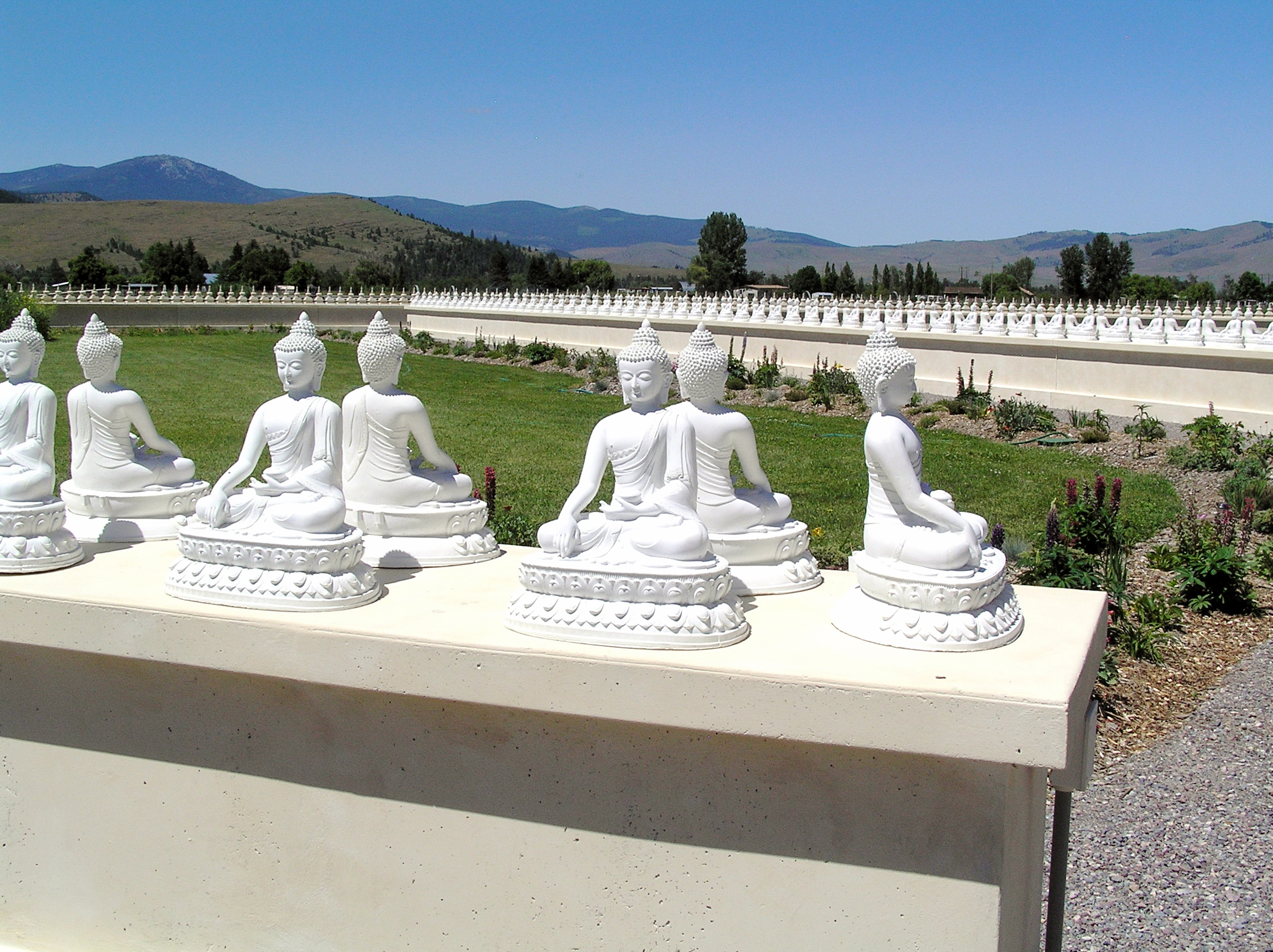 File garden1000buddhas9 jpg wikimedia commons Garden of one thousand buddhas