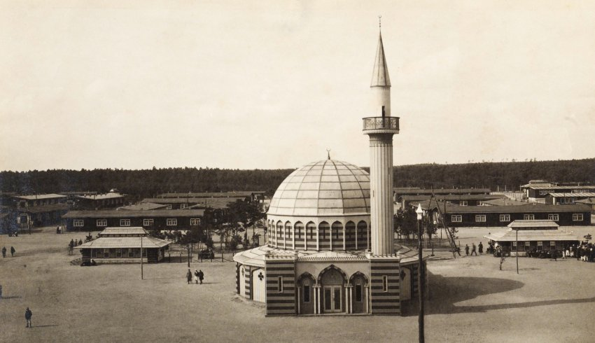 Halbmondlager Mosque in camp.jpg