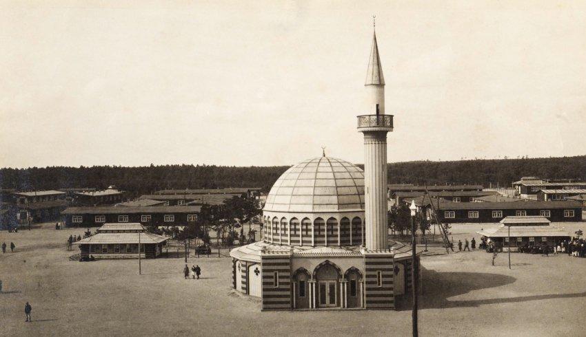 Halbmondlager Mosque in camp.jpg