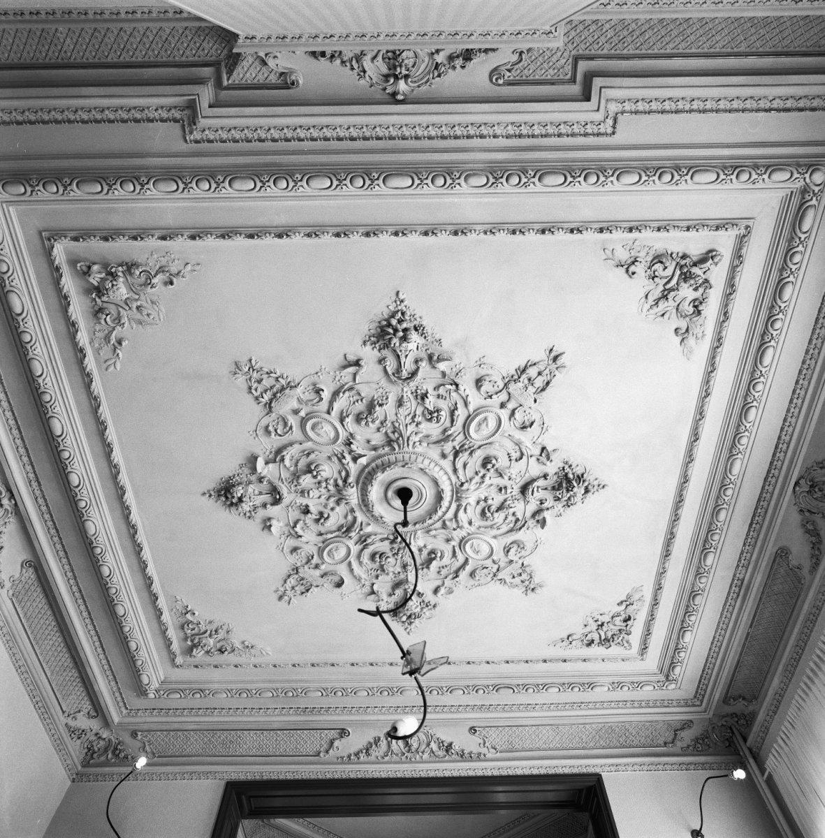 File interieur herenhuis detail stucplafond tilburg for Herenhuis interieur