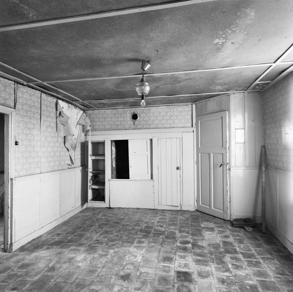 File:interieur woonkamer, overzicht spekkast en grijze tegelvloer ...