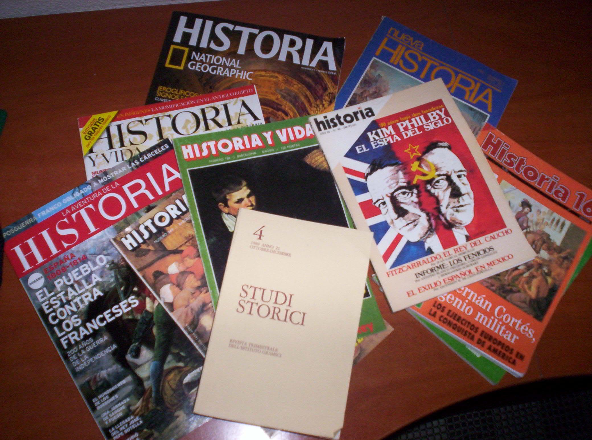 Descripción Montón de revistas de historia.JPG