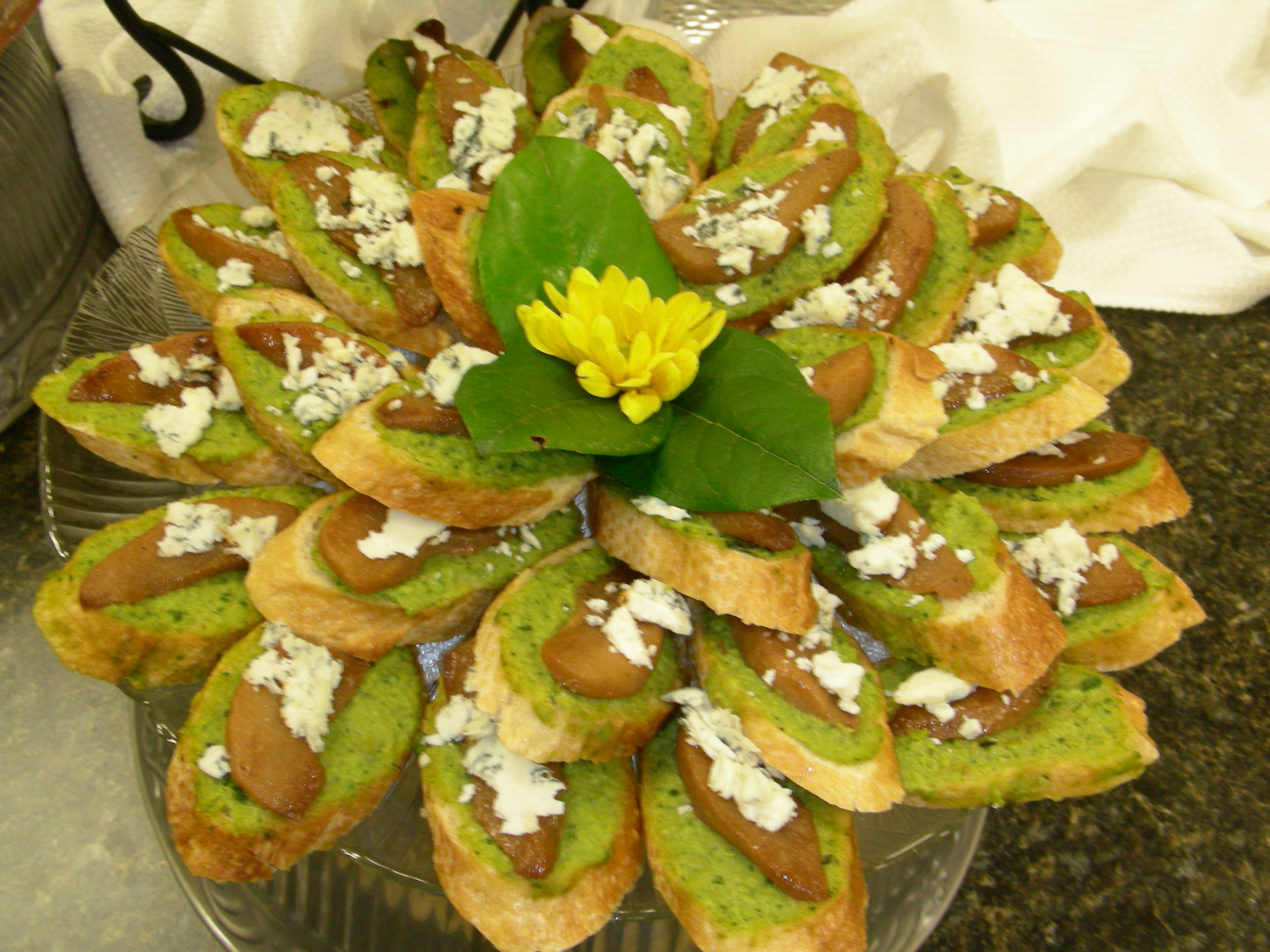 Fichier:Pesto, spiced pear and bue cheese crostini.jpg — Wikipédia