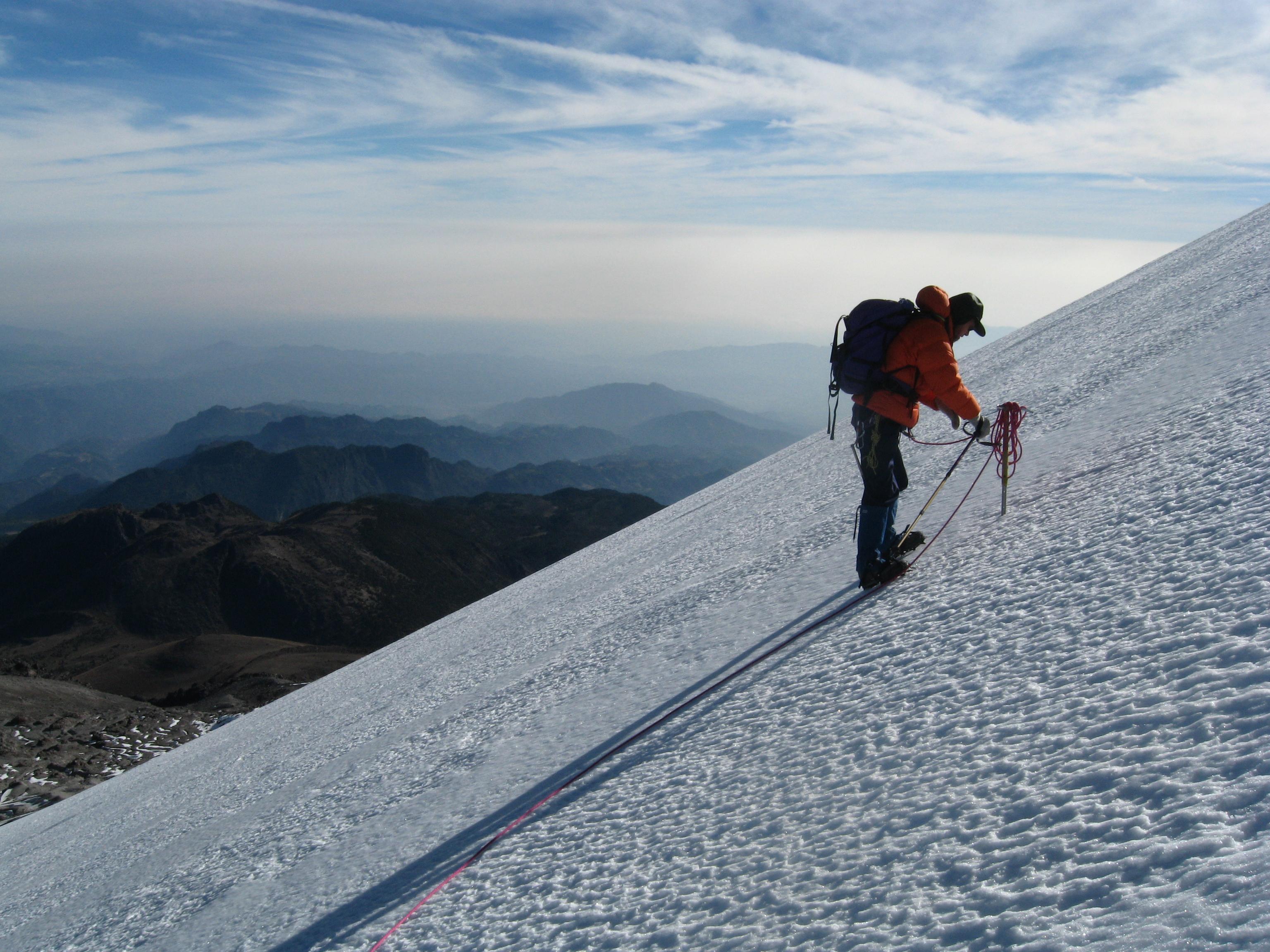 Un alpinista utilizando sus herramientas para escalar el Cofre de Perote