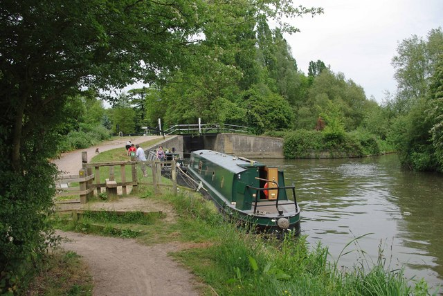 Queue for Hunsdon Lock - geograph.org.uk - 1317377