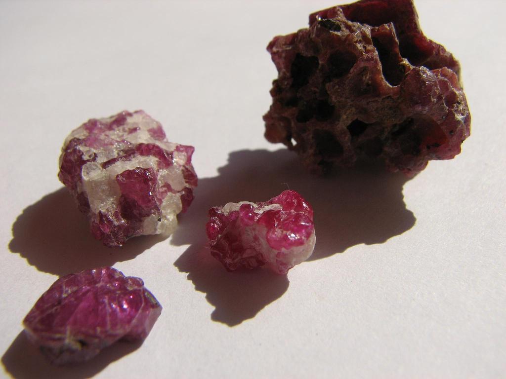 Description Ruby-raw stones-Tanzania.jpg