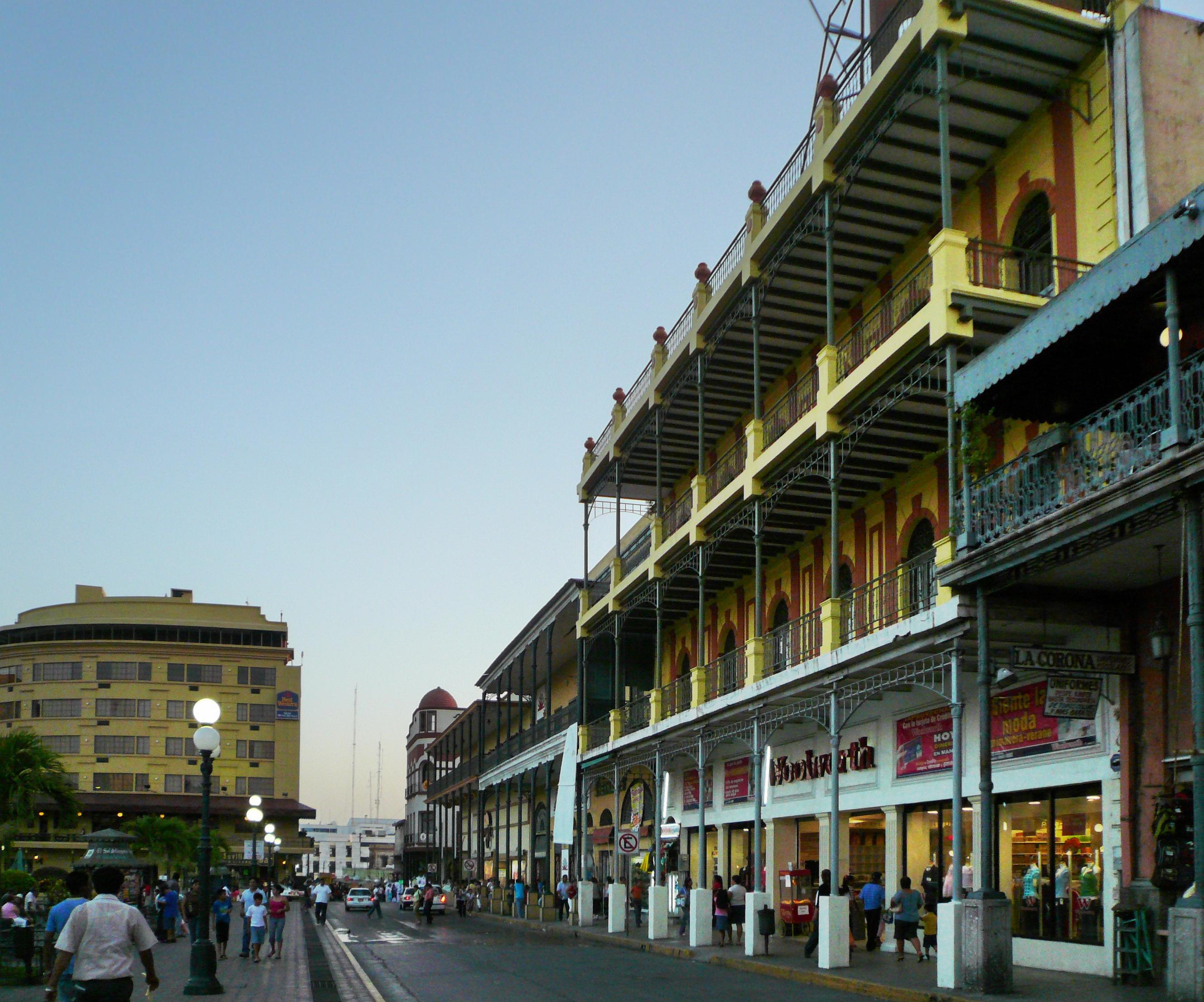 personas caminando por el centro histórico de Tampico