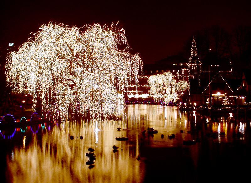 Parc de Tivoli à Copenhague la nuit tombée.