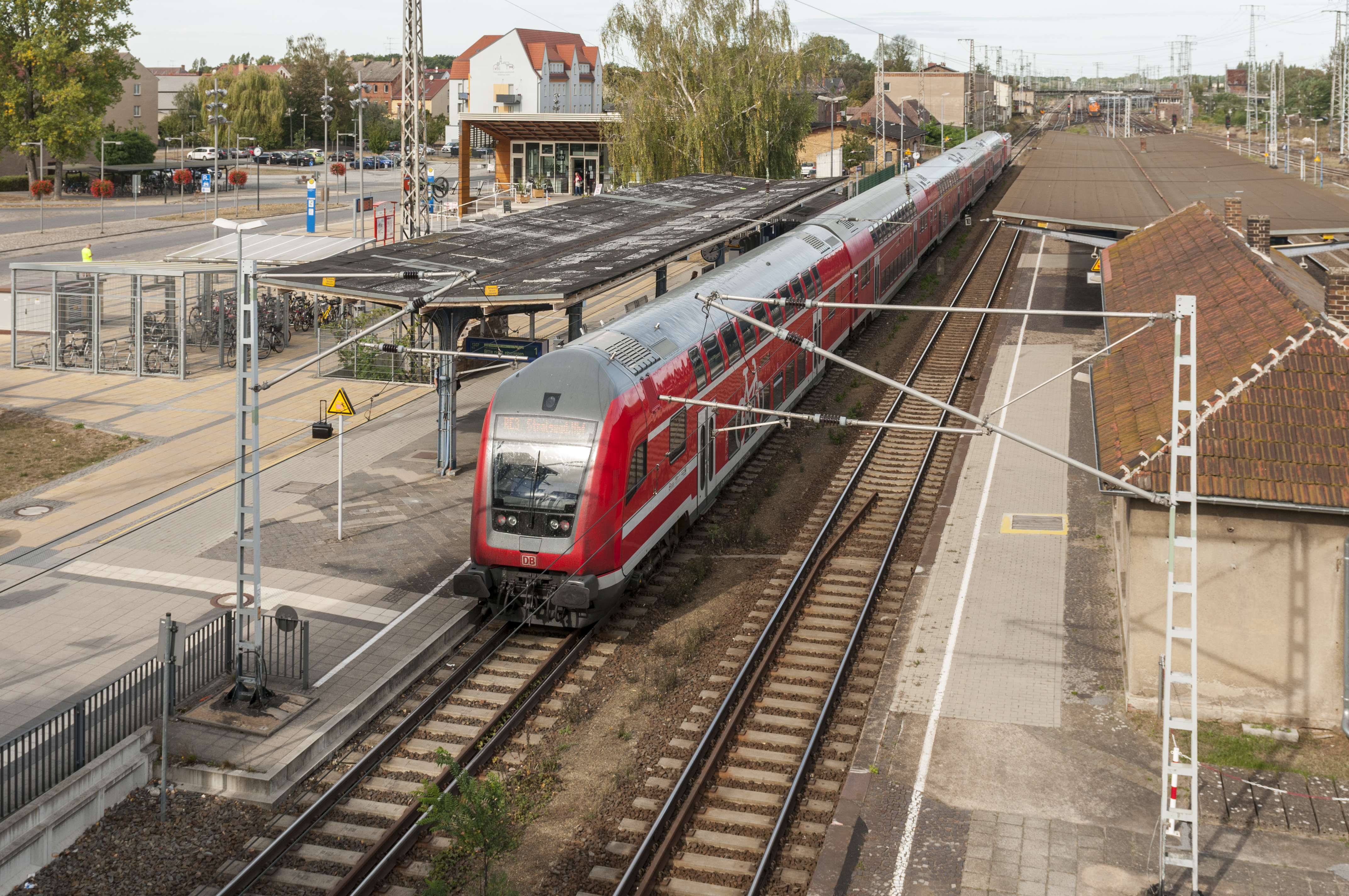 https://upload.wikimedia.org/wikipedia/commons/6/62/16-09-29-Bahnhof_Falkenberg-Elster-RR2_6607.jpg