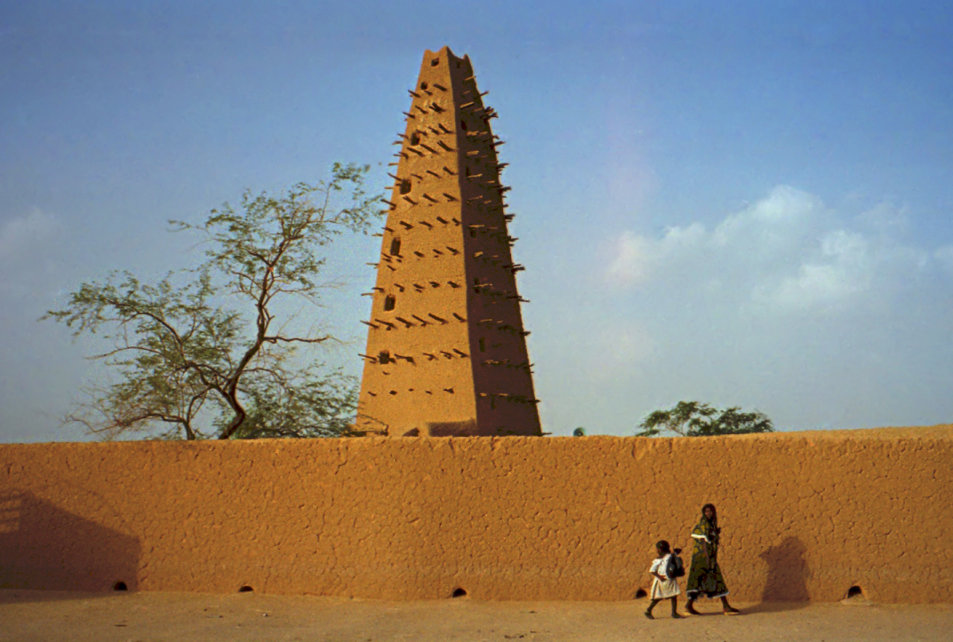 Datei:1997 277-9A Agadez mosque cropped.jpg