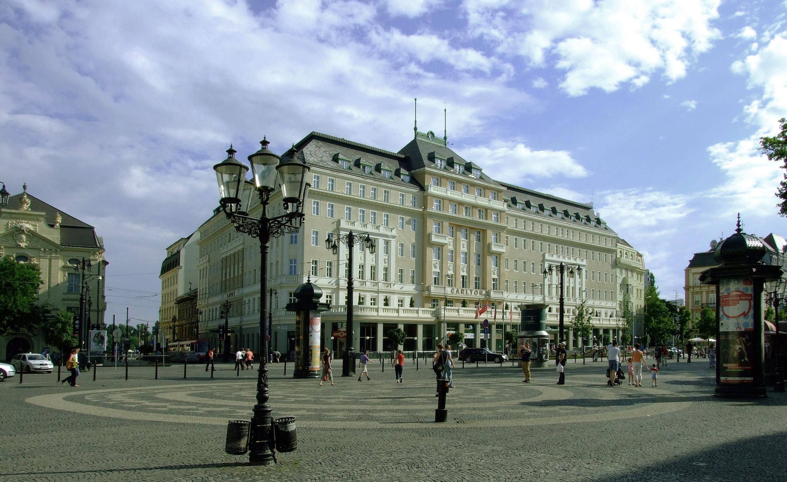 File:Bratislava, Staré Mesto, Hviezdoslavovo námestie, hotel Carlton.jpg -  Wikimedia Commons