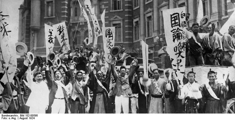 Bundesarchiv Bild 102-00598, Tokio, Demonstranten vor amerikanischer Botschaft