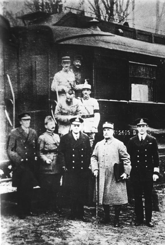 Delegation der Entente vor dem Salonwagen in Compiègne, in dem am 11.November 1918 der Waffenstillstand zum Ende des Ersten Weltkriegs unterzeichnet wurde. Vorne, 2.v.r.: der französische Delegationsleiter Marschall Foch.(Hitler nahm in diesem Wagen am 22. Juni 1940 die Kapitulation Frankreichs entgegen)