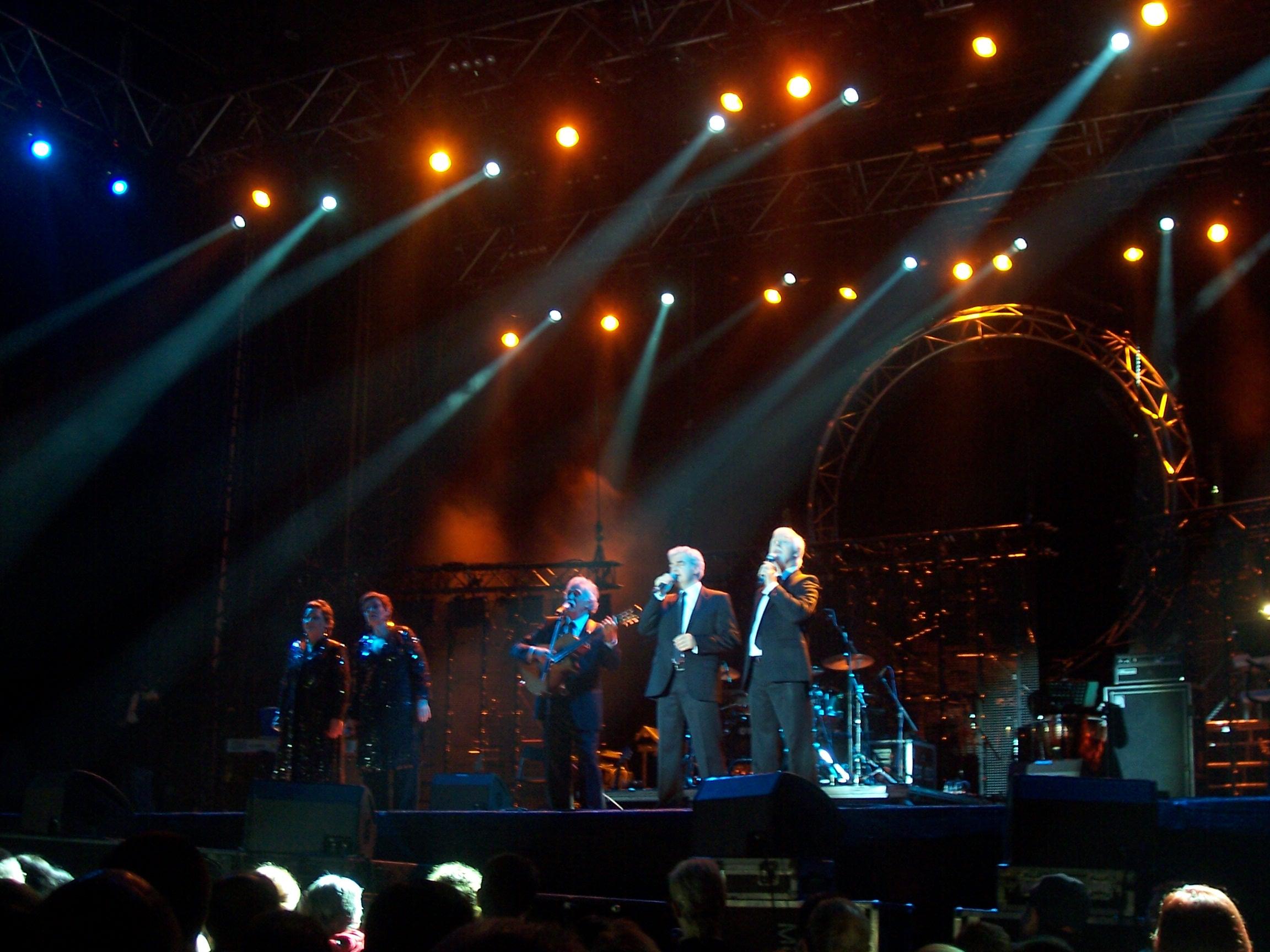 Carlos Zubiaga (en el centro) durante un concierto con El Consorcio en 2009.
