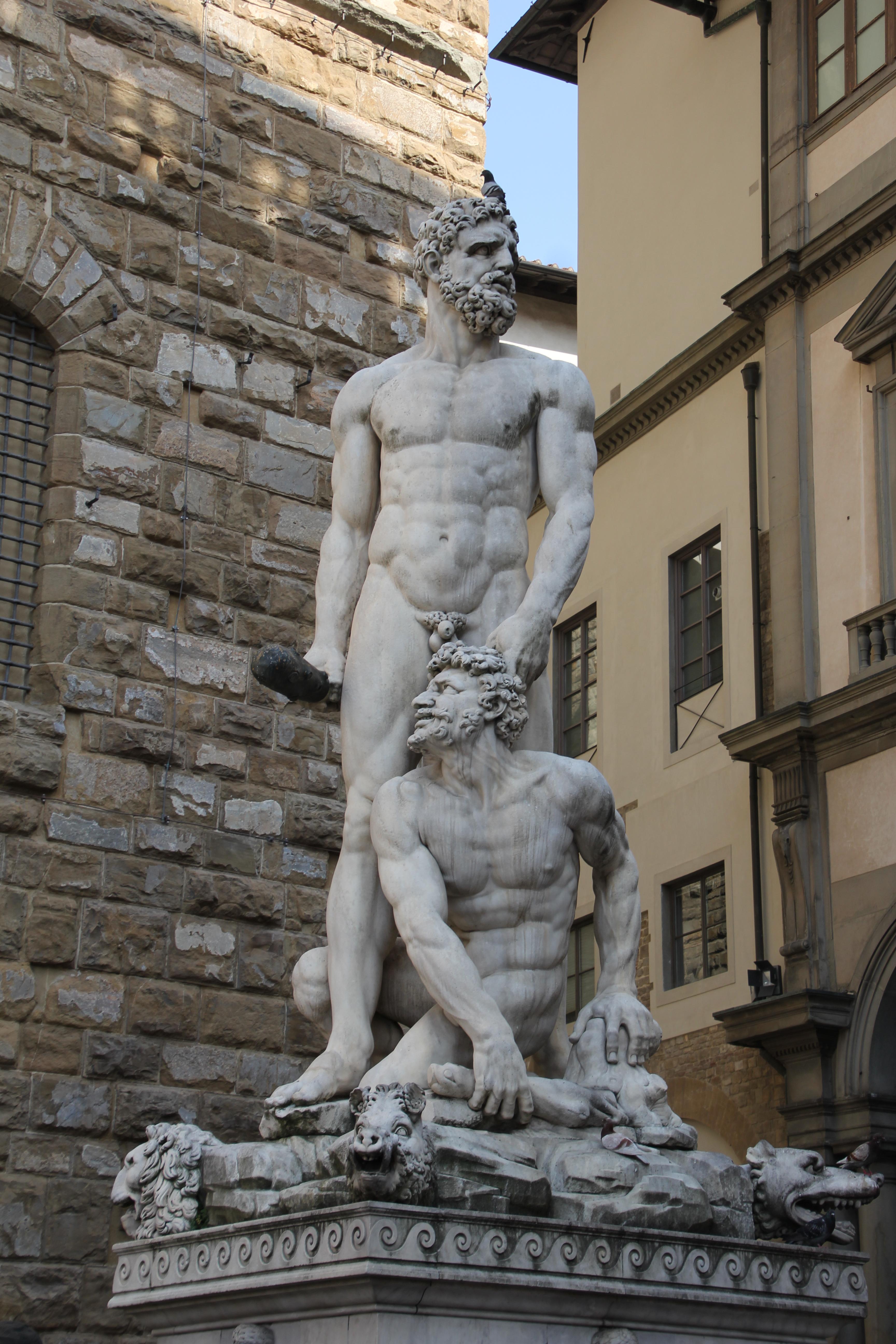 FBaccio Bandinelli, la statua Ercole e Caco, con sfondo la Galleria degli Uffizi