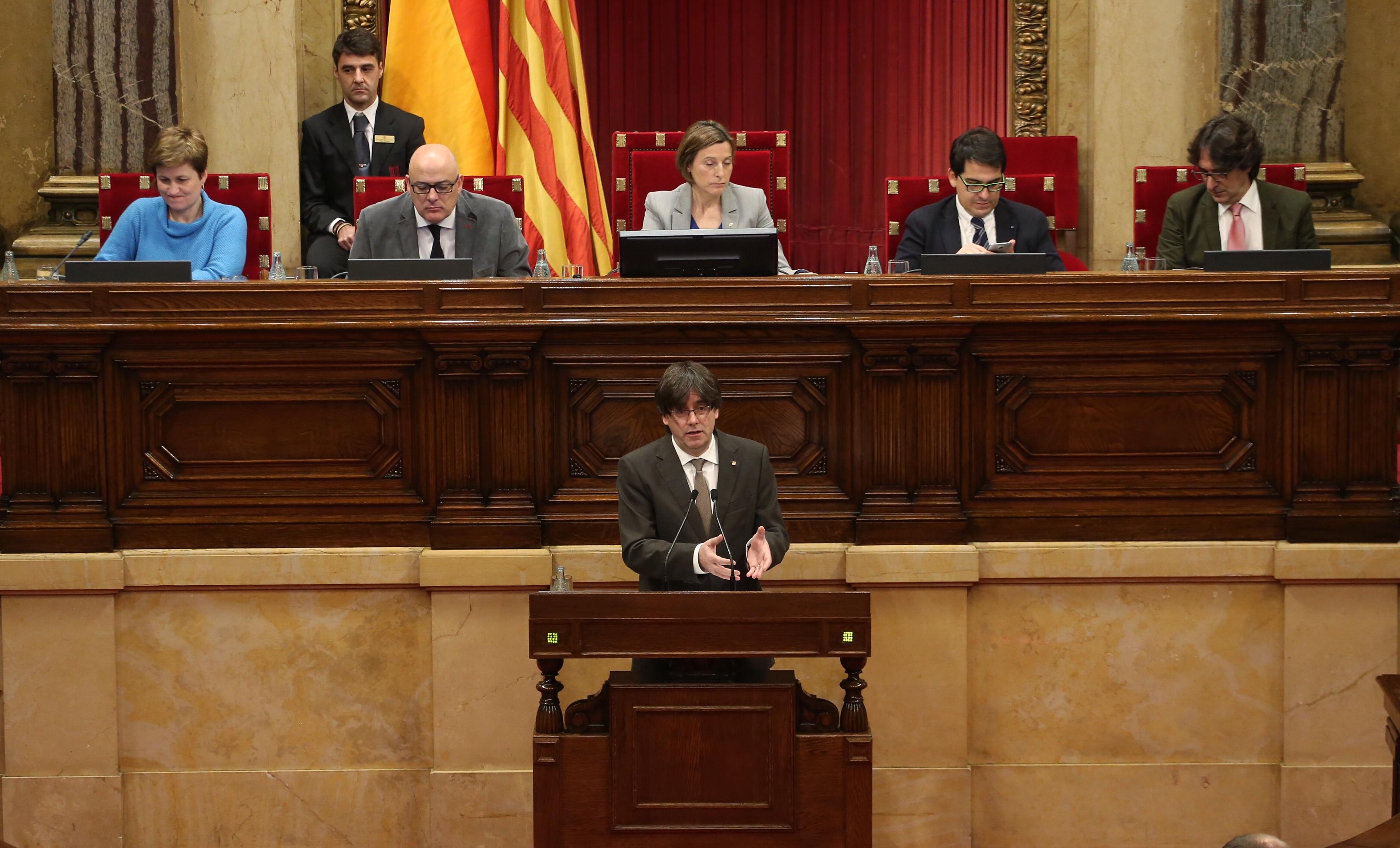 https://upload.wikimedia.org/wikipedia/commons/6/62/Fotografia_del_president_Puigdemont_durant_la_seva_intervenci%C3%B3_al_Parlament.JPG