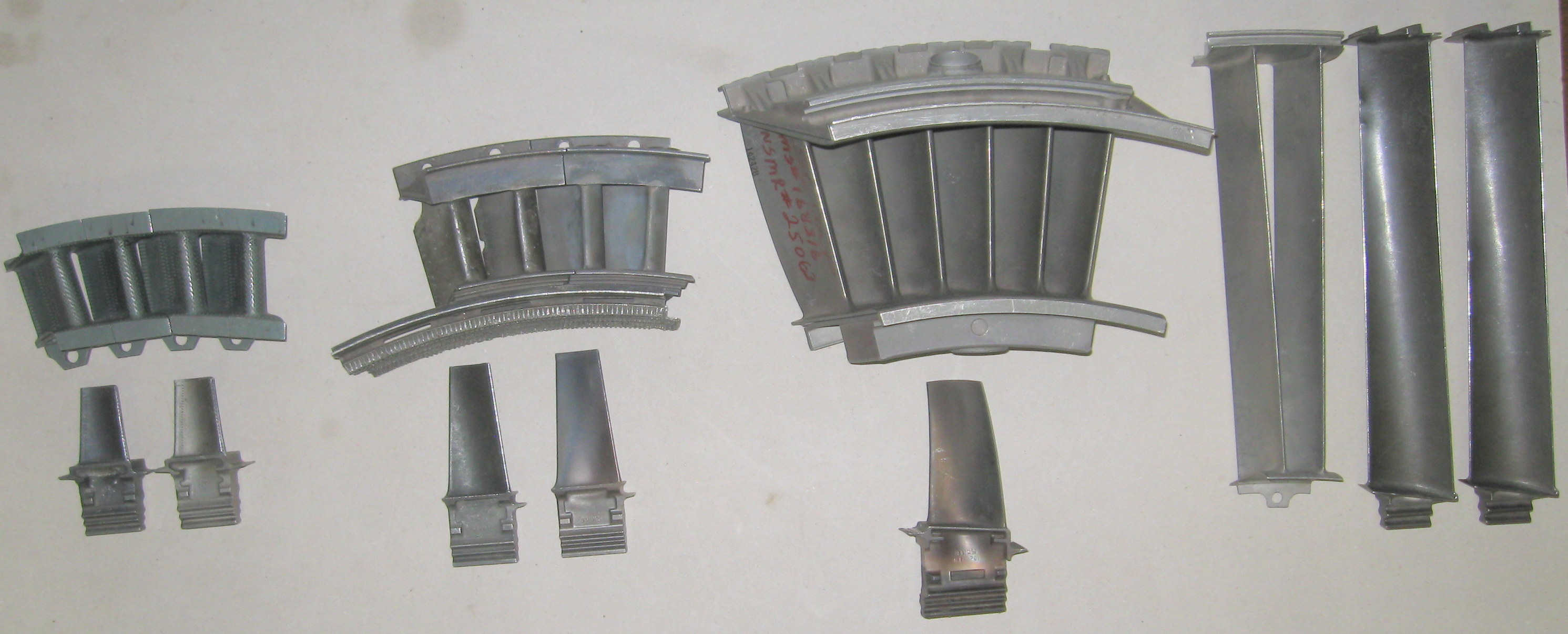 File Gas turbine nozzles and blades Wikimedia mons