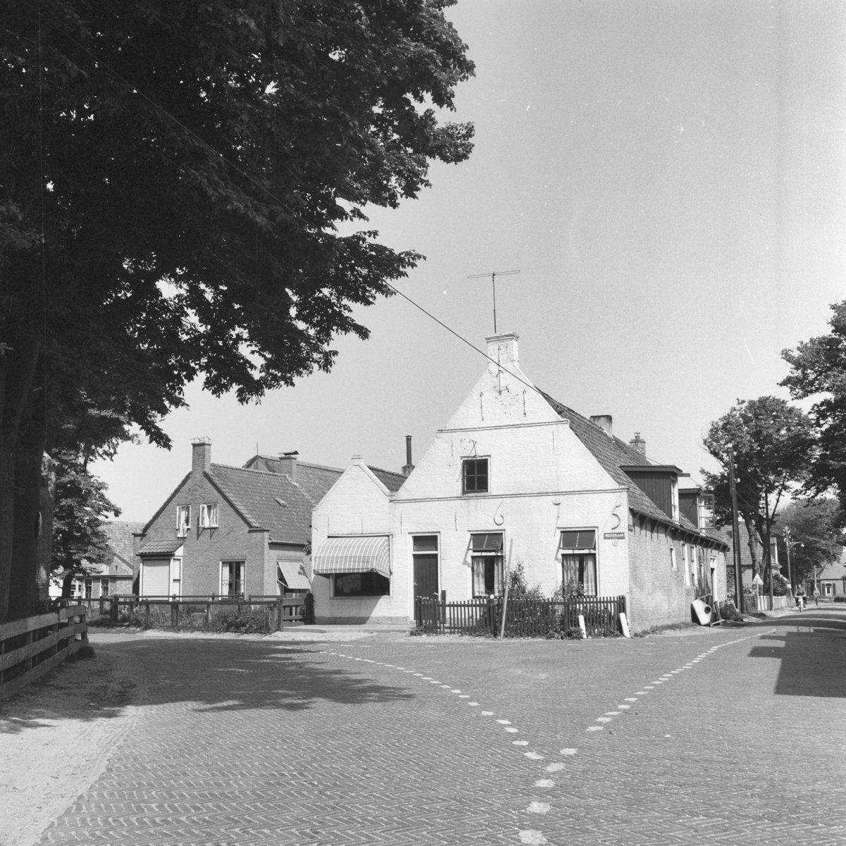 Karakteristiek amelander huis onder zadeldak tussen topgevels in hollum monument - Tussen huis ...