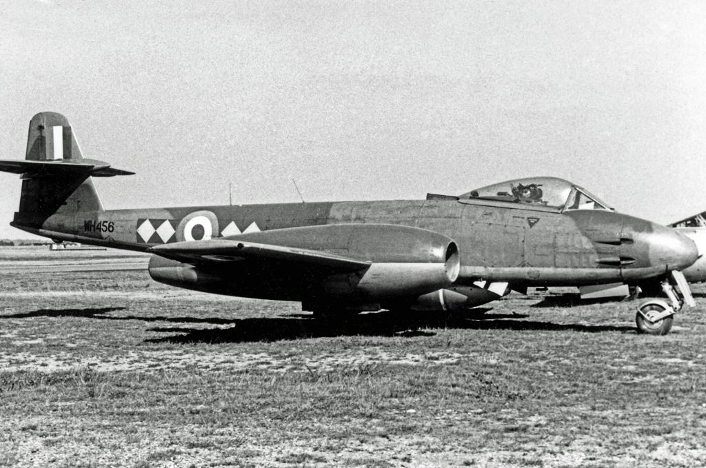 https://upload.wikimedia.org/wikipedia/commons/6/62/Gloster_Meteor_F.8_WH456_L.616_BLA_05.09.55_edited-2.jpg