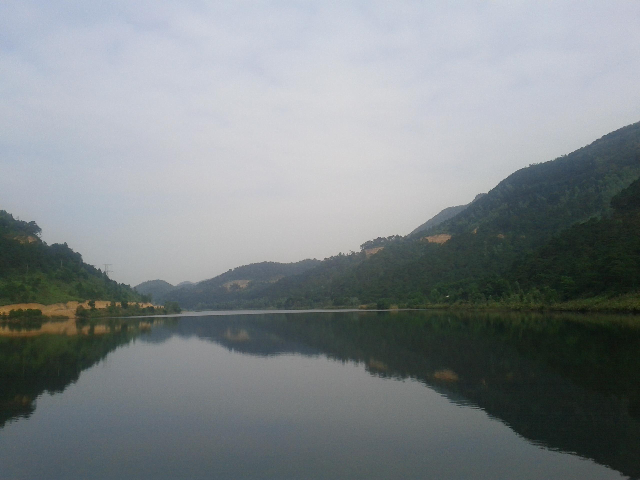 hồ nước rộng, núi, trên núi có cây