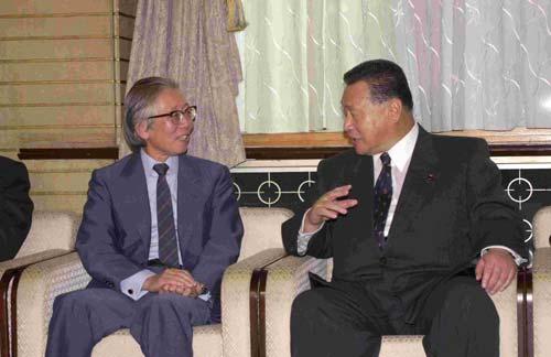 2000年10月18日、総理大臣官邸にて内閣総理大臣森喜朗(右)と Wikipediaより