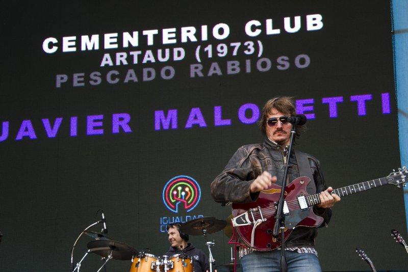 """Javier Malosetti, bajista de Spinetta en la década de 1990 y parte de la siguiente, interpretando """"Cementerio Club"""" en un homenaje a Spinetta realizado en Tecnópolis en 2014."""