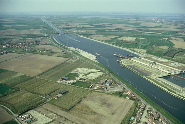 Fichier:Kanaal door Zuid-Beveland.jpg