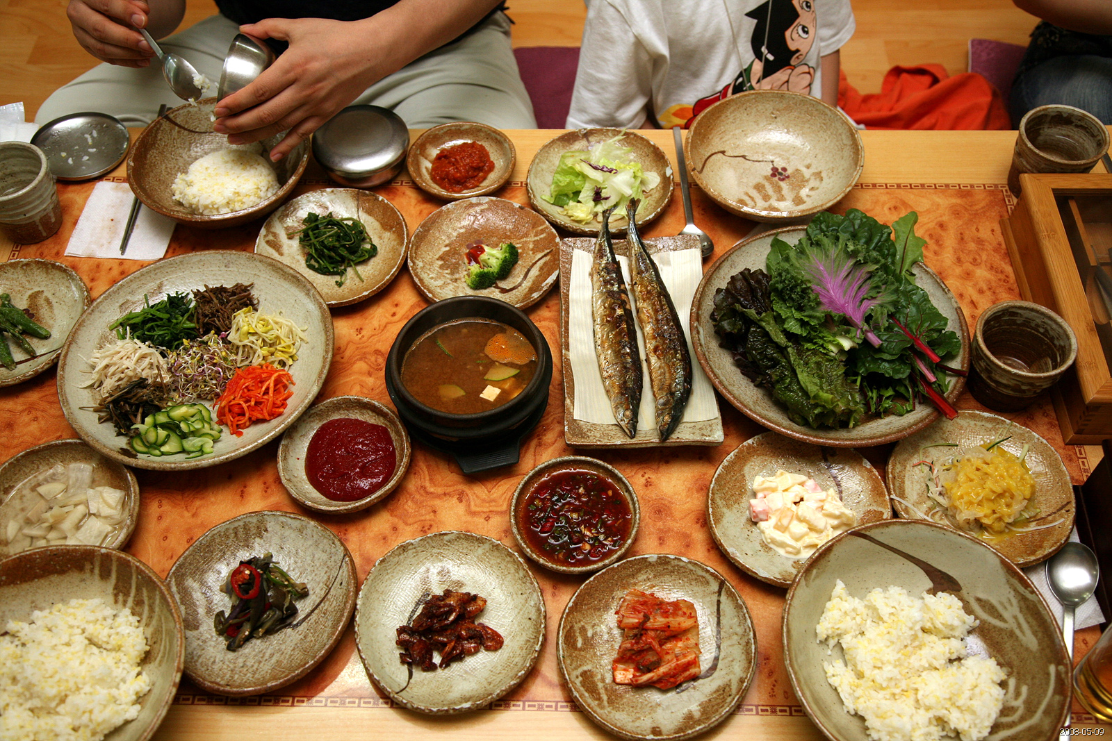 Description Korean food-Bibim ssambap and various banchan-01.jpg