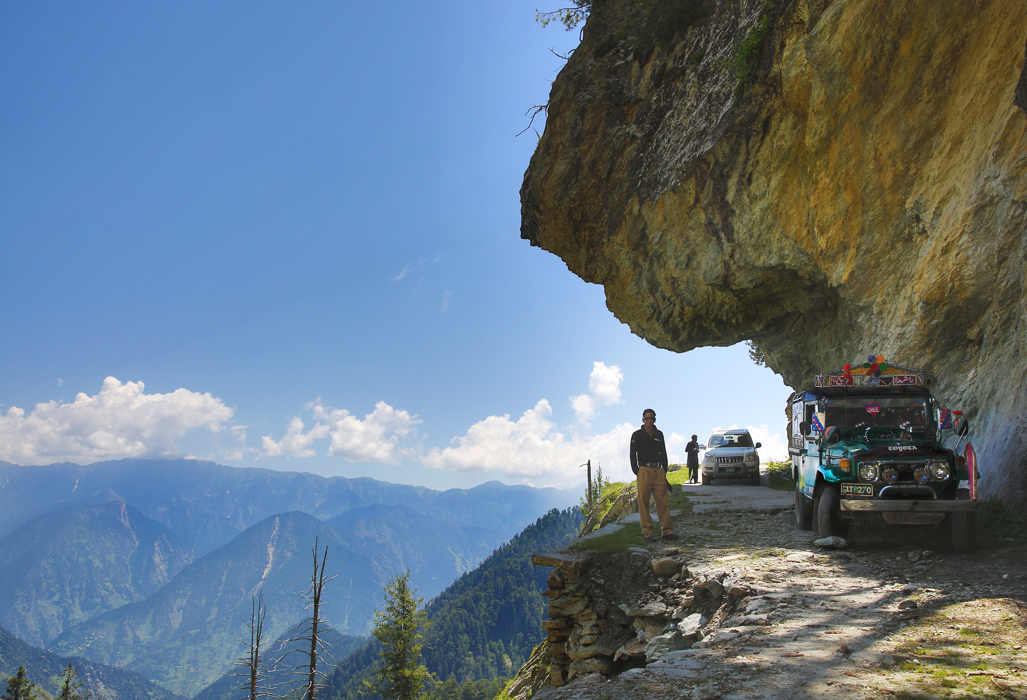 file leswa mountain road kashmir jpg wikimedia commons