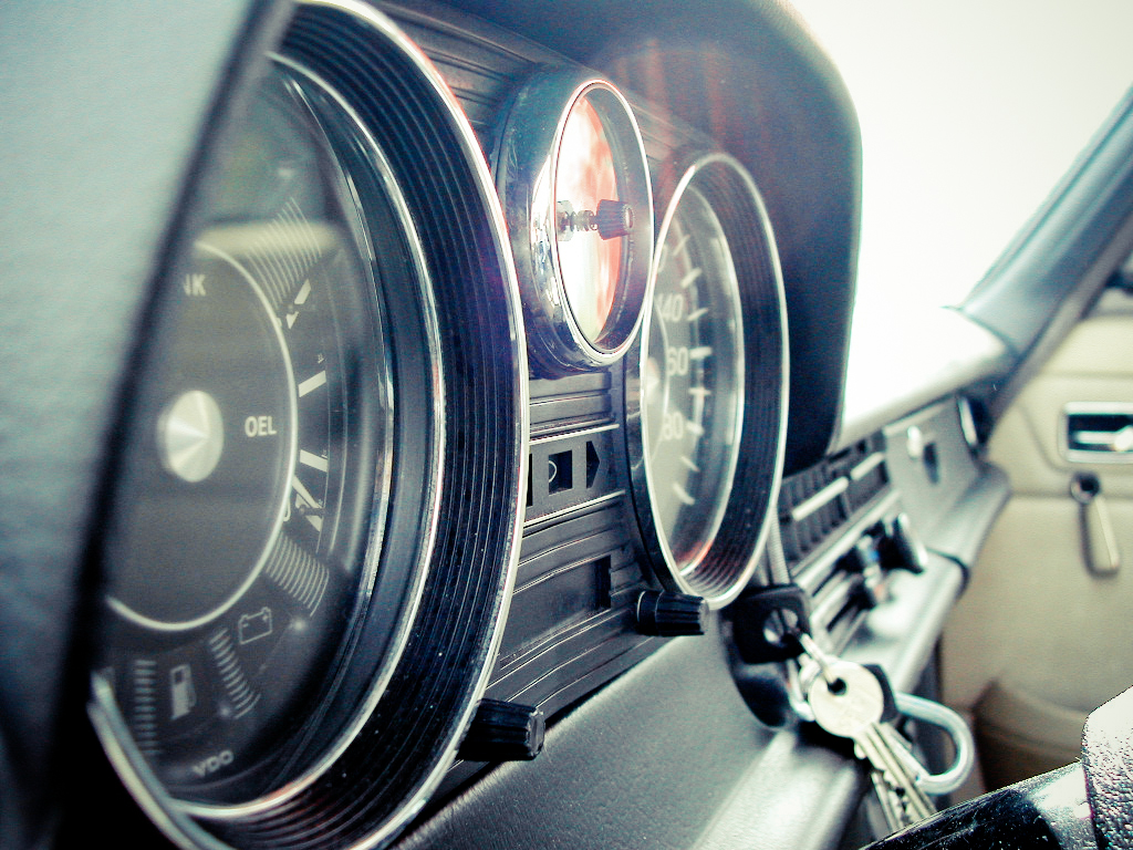 File:Mercedes-Benz W115 instruments cluster.jpg - Wikimedia Commons