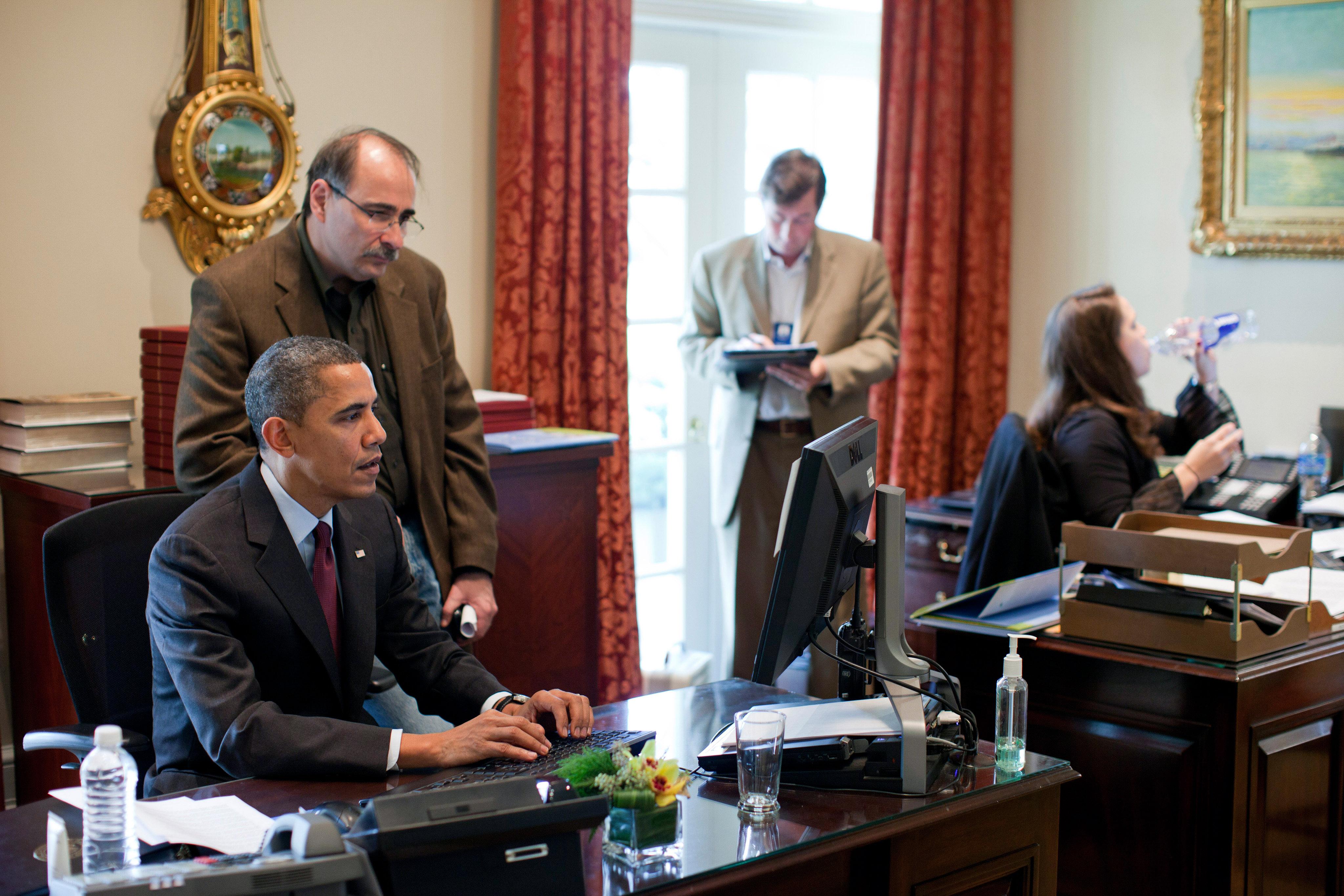 Filepresident Barack Obama And Senior Advisor David Axelrod Work On