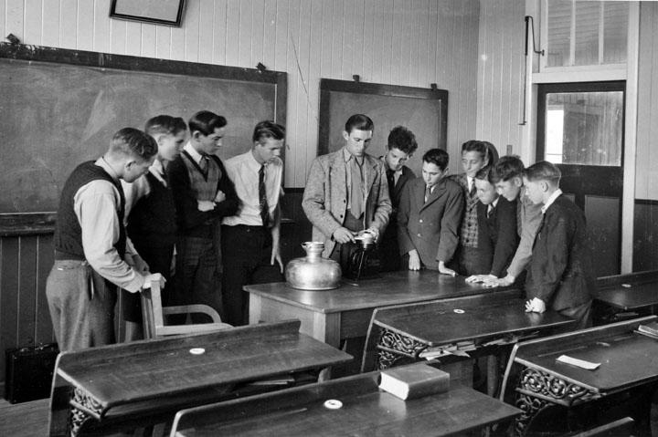 Enseignement scientifique dans une classe du Queensland en 1946