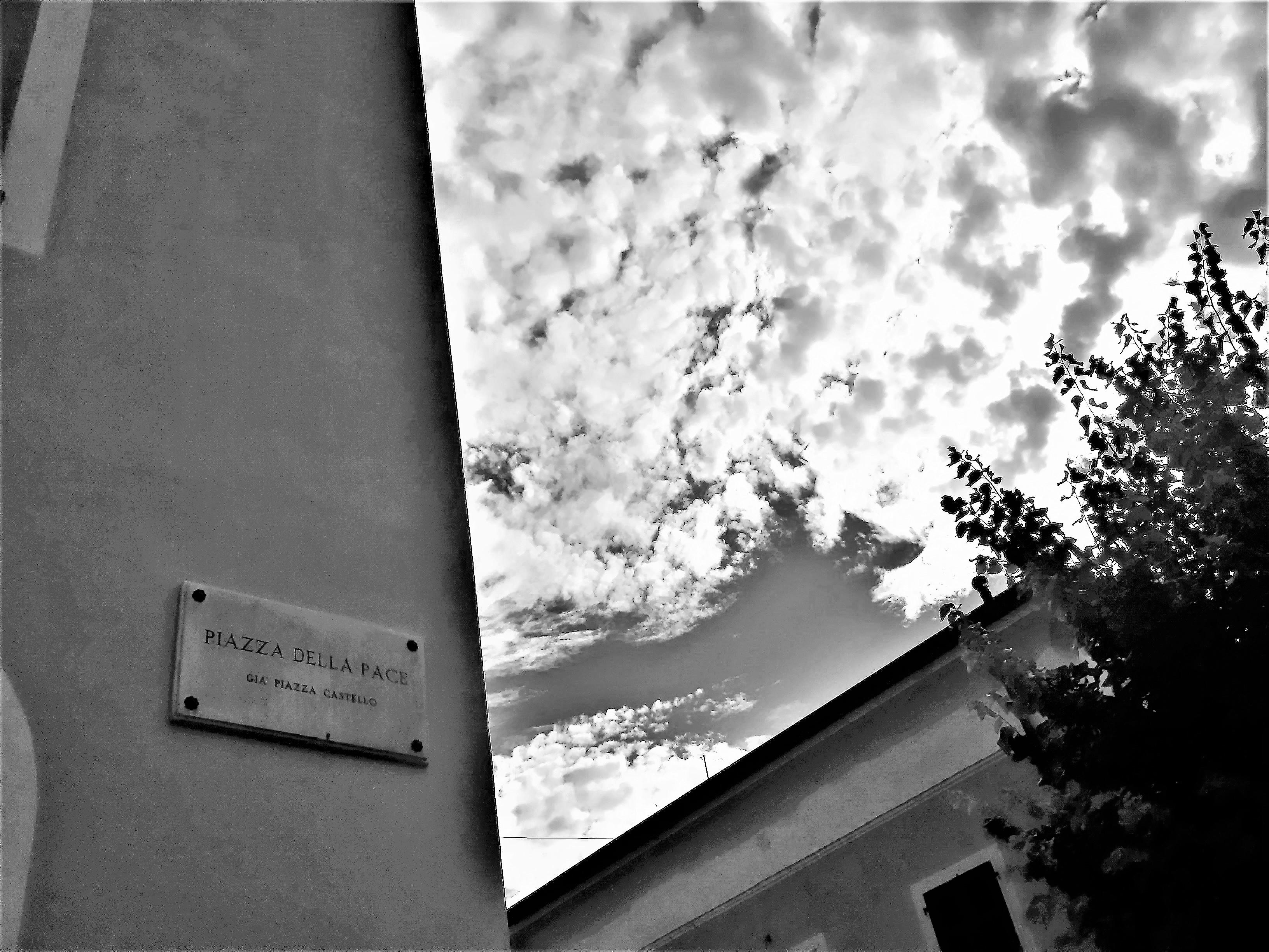 Pace Bianco E Nero file:santo stefano di magra (sp) cieli su piazza della pace