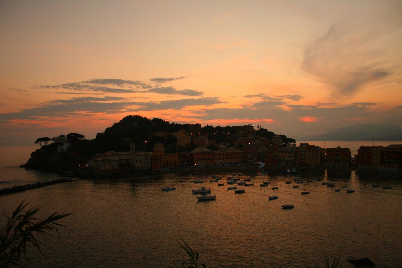 Alle porte dell'infinito Sestri_Levante_baia_del_silenzio_al_tramonto