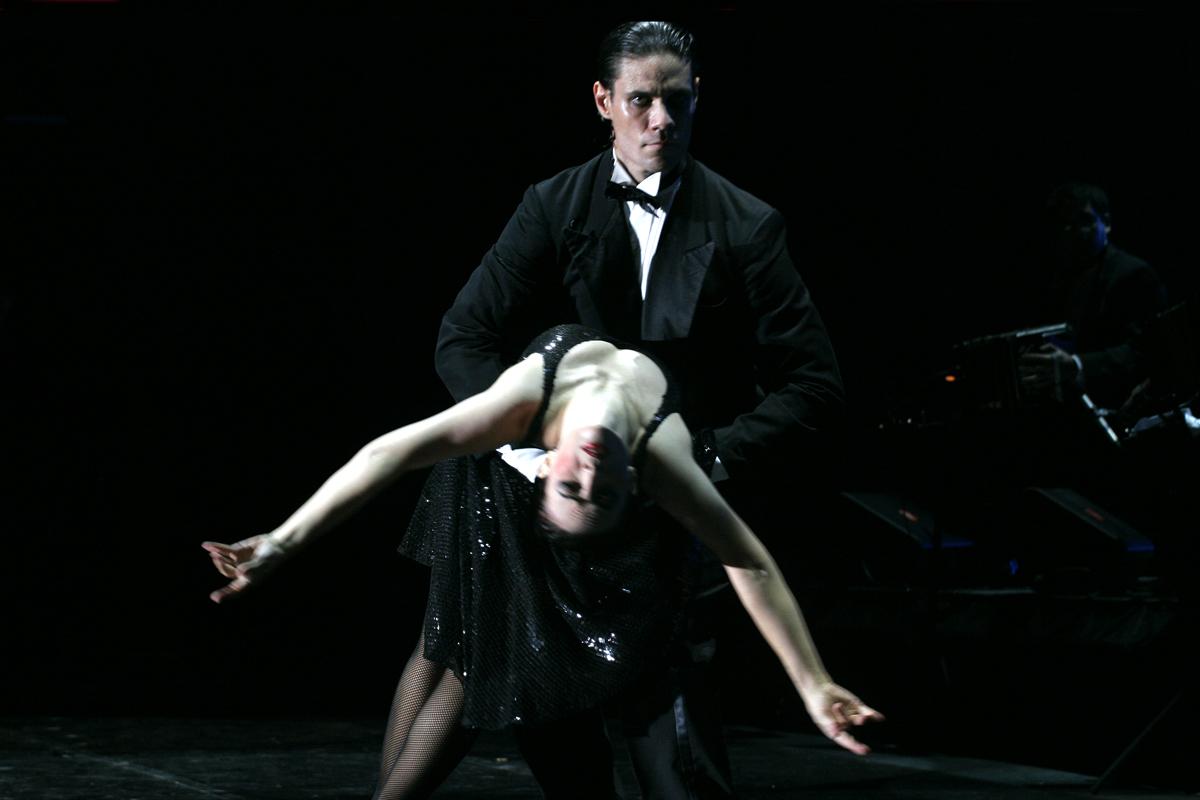En 1983 Claudio Segovia creó el mundialmente célebre espectáculo Tango Argentino, incluyendo dos temas de Mariano Mores. En la foto César Coelho y Guillermina Quiroga bailan «Tanguera» en la versión de 2011 al pie del Obelisco del Buenos Aires.
