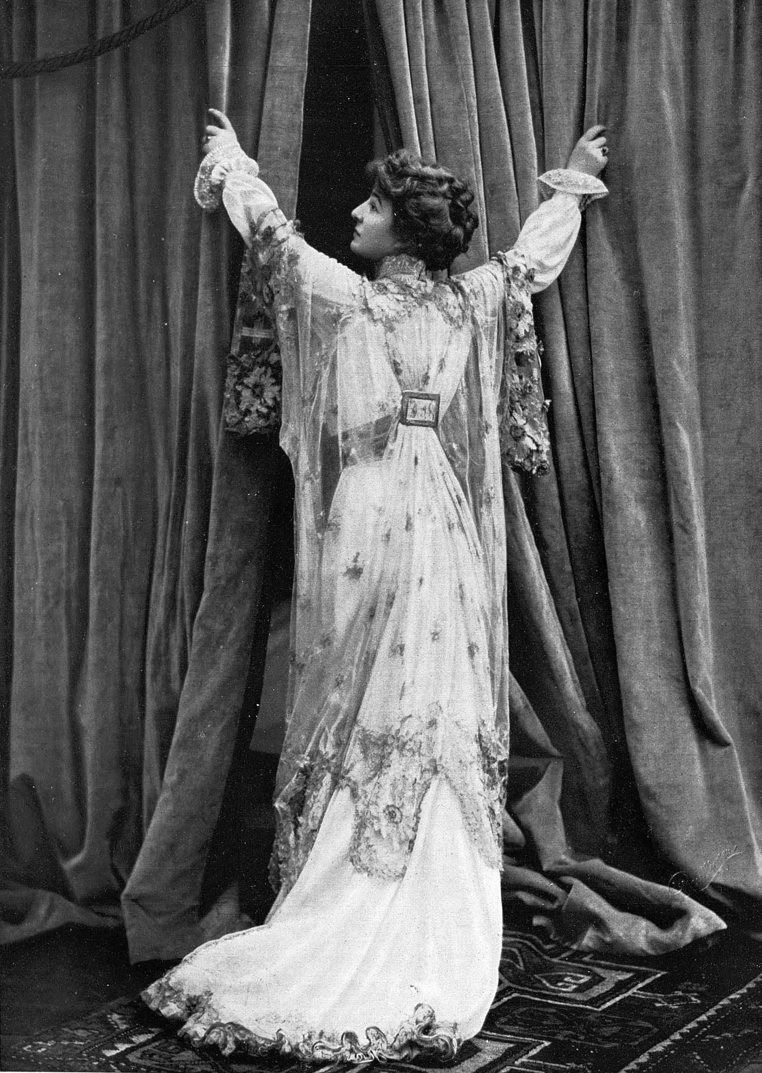 File:Tea-gown par Redfern 1907 cropped.jpg - Wikimedia Commons