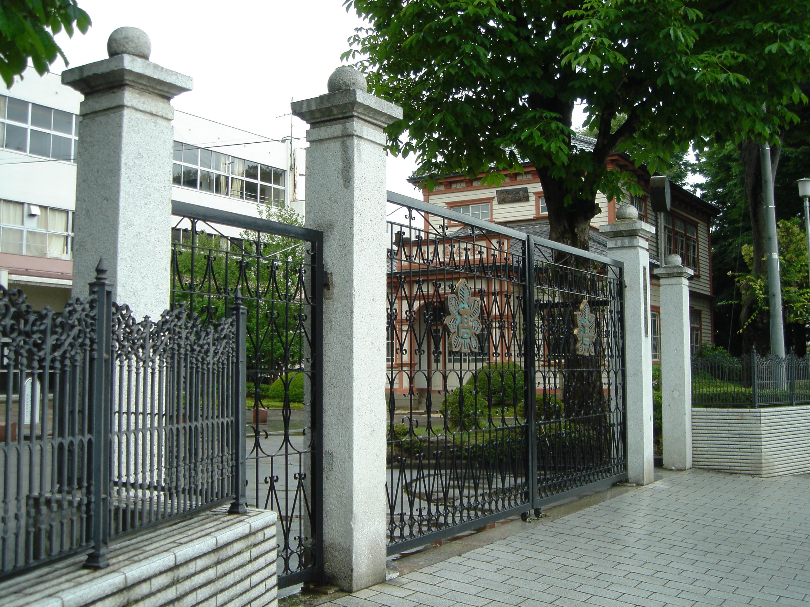 File:The Tochigi High School main gate 1.JPG - Wikimedia ...