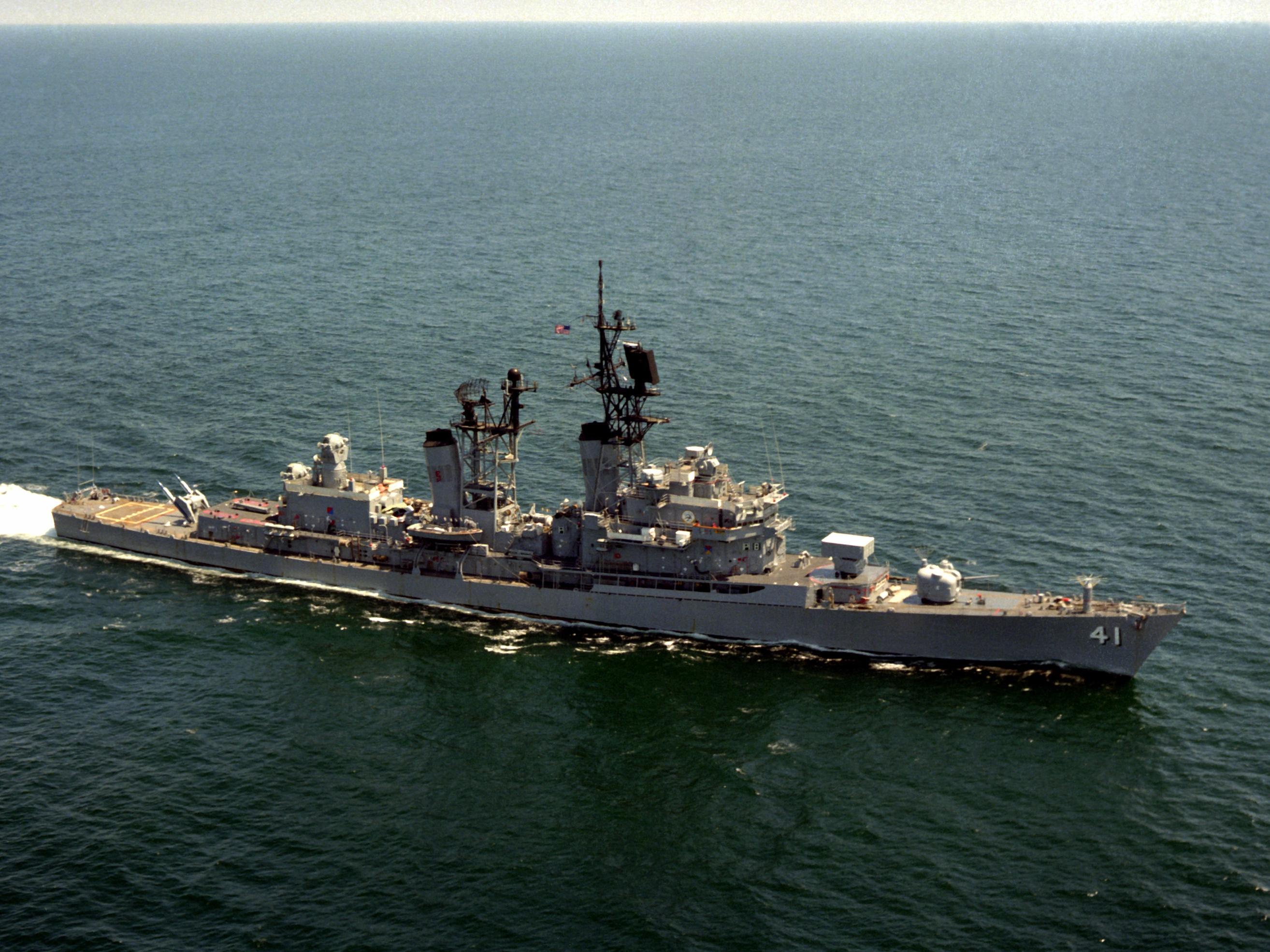 USS King (DDG-41) underway in 1983.jpg