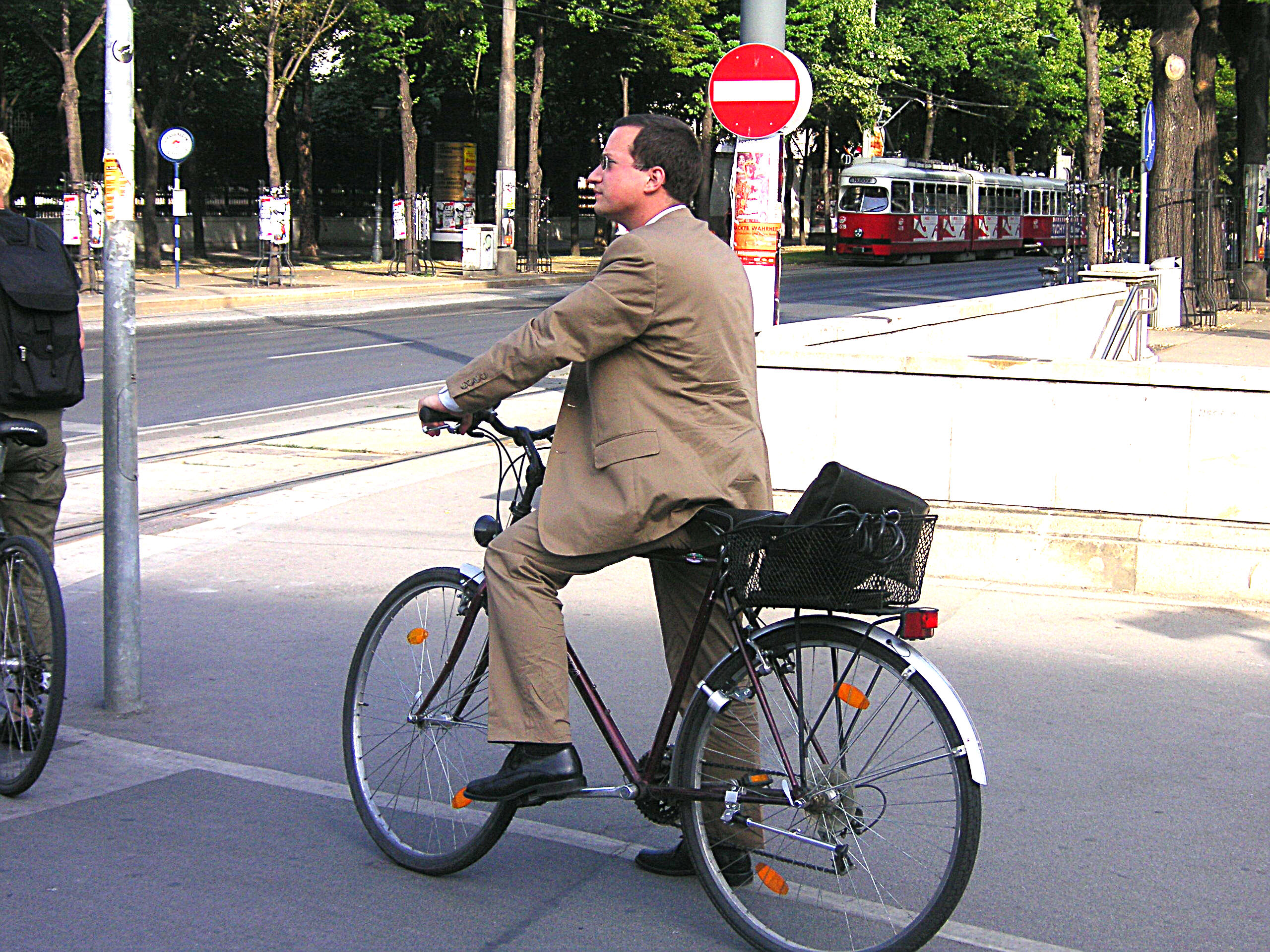 https://upload.wikimedia.org/wikipedia/commons/6/62/Urban_cycling_III.jpg