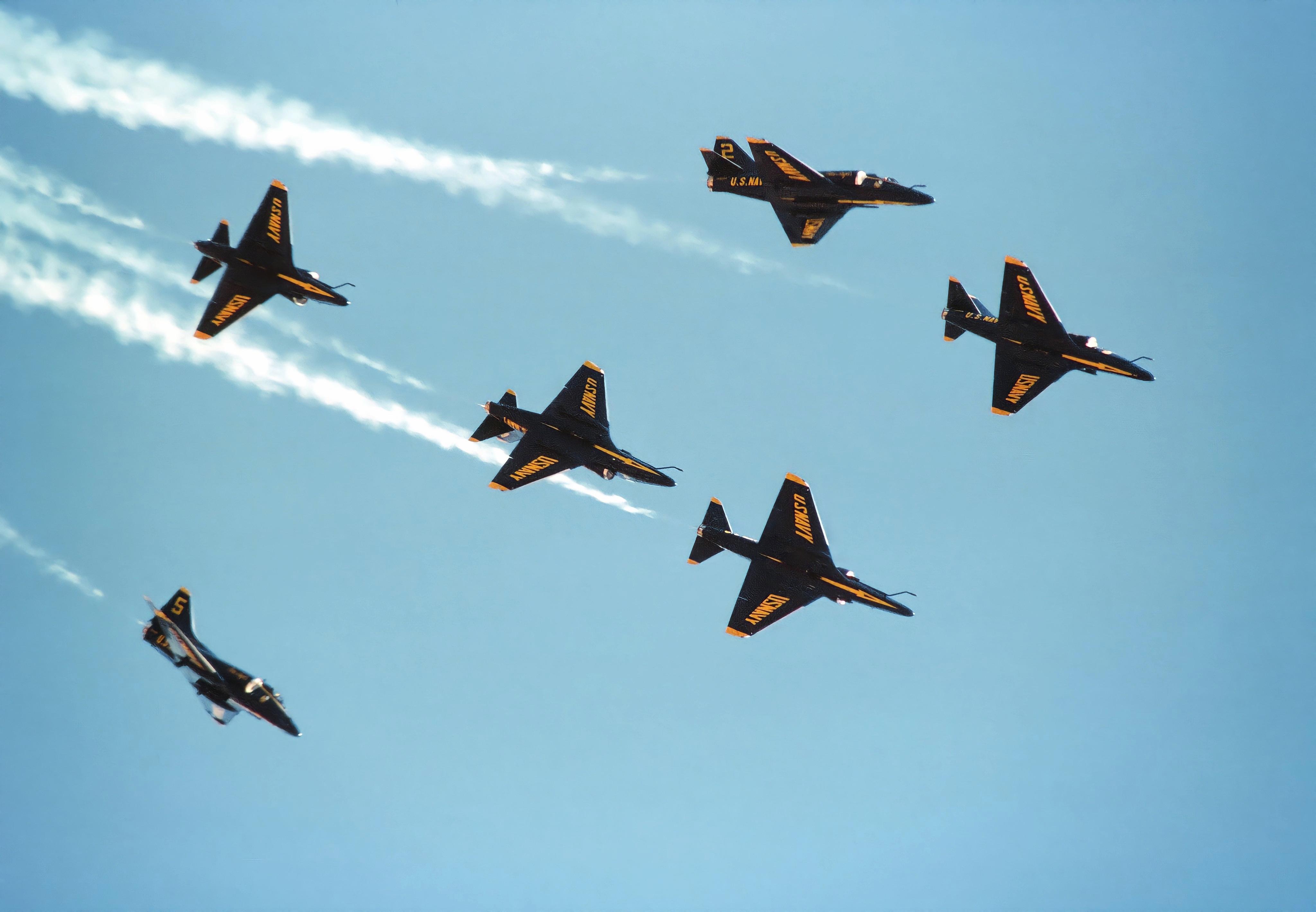 Consulta sobre video!! acrobacia con A-4! A-4Fs_Blue_Angels_Fleur_de_Lis_1984