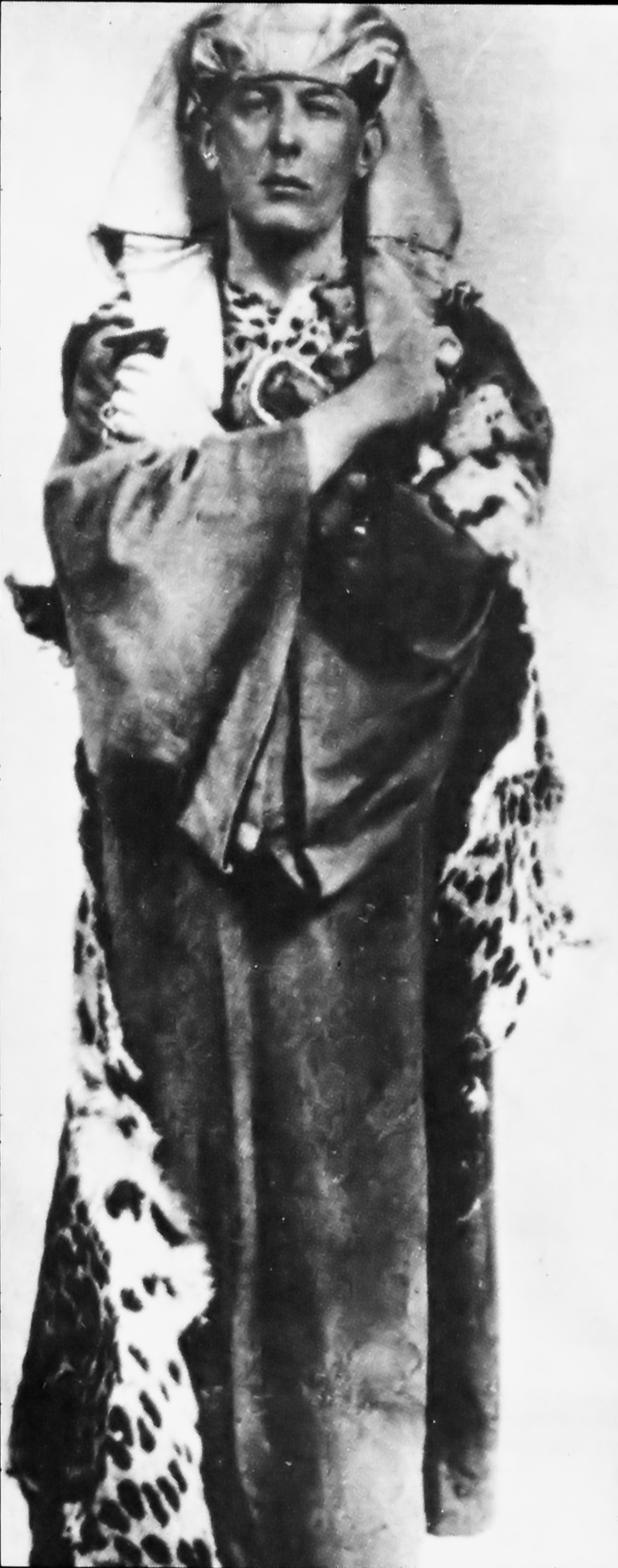 https://upload.wikimedia.org/wikipedia/commons/6/63/Aleister_Crowley_as_Osiris.png