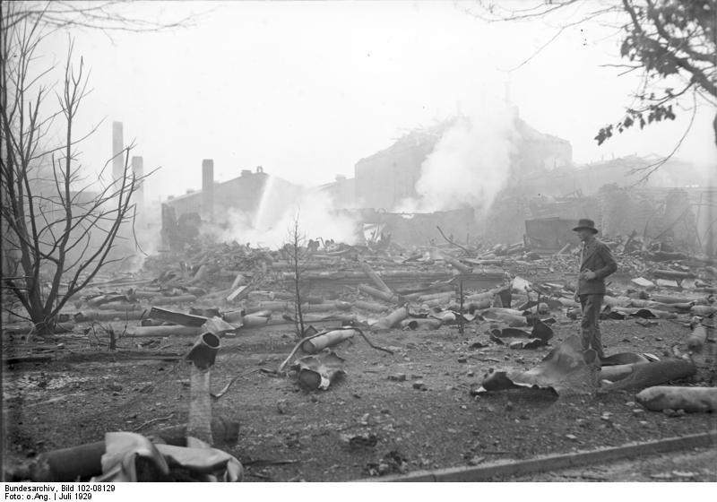 File:Bundesarchiv Bild 102-08129, Borsigwalde, Explosion von Sauerstoff-Flaschen.jpg