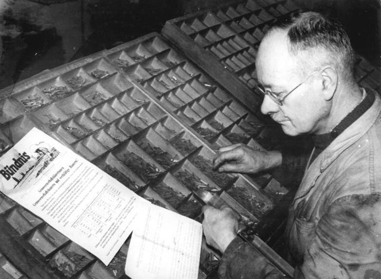 Bundesarchiv Bild 183-27924-0001, MTS Magdeburg-Südwest, Setzen einer Dorfzeitung