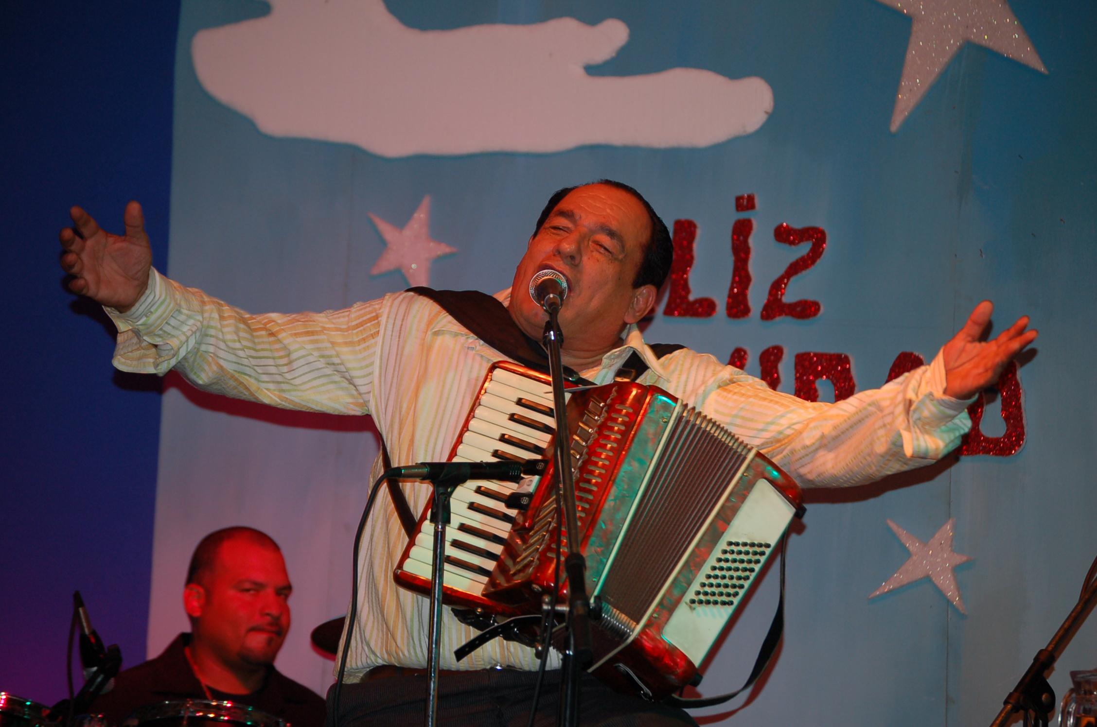 Carlos Mejía Godoy en el X Aniversario de la Fundación Mejía Godoy, diciembre de 2006. }} '''Carlos Arturo Mejía Godoy''' (1943- ) es un músico, compositor y cantautor Nicaragua