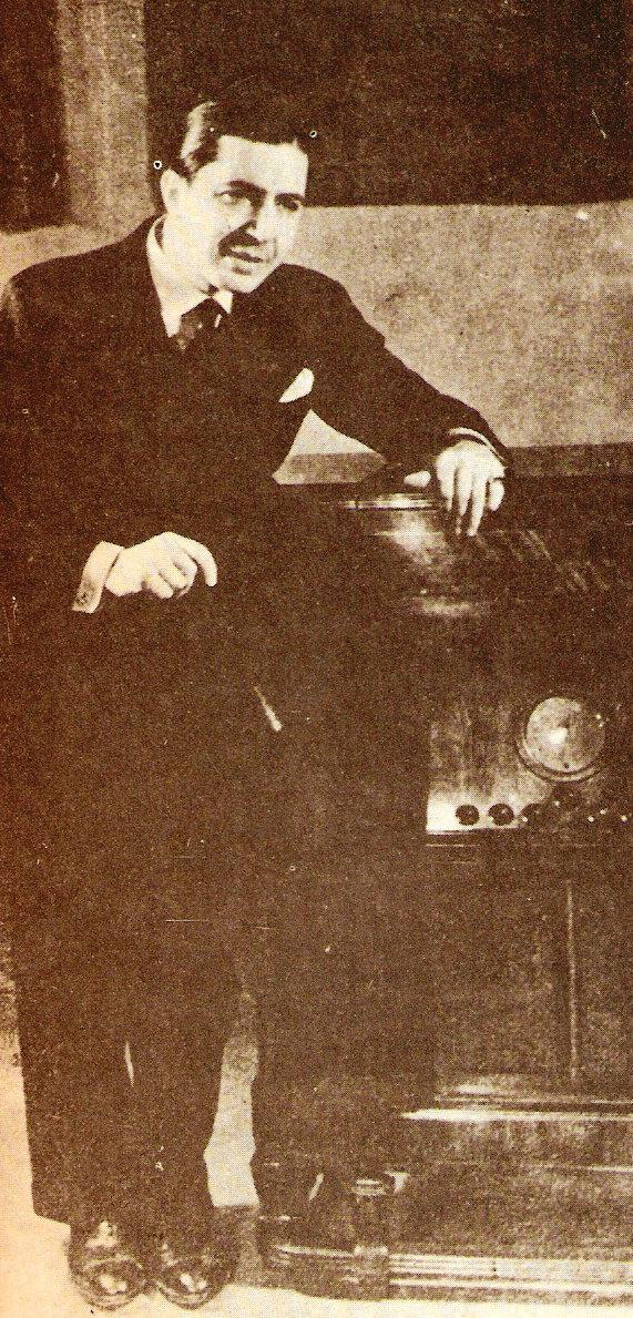 Carlos Gardel escuchándose a sí mismo en una victrola ortofónica, lanzada por la empresa Victor en 1925. El disco en formato de 78 RPM fue decisivo para la difusión en el espacio y el tiempo del arte de Gardel. En su vida Gardel grabó unas 800 canciones diferentes, una cantidad enorme, la mitad de lo que grabó Bing Crosby durante una carrera tres veces más larga.