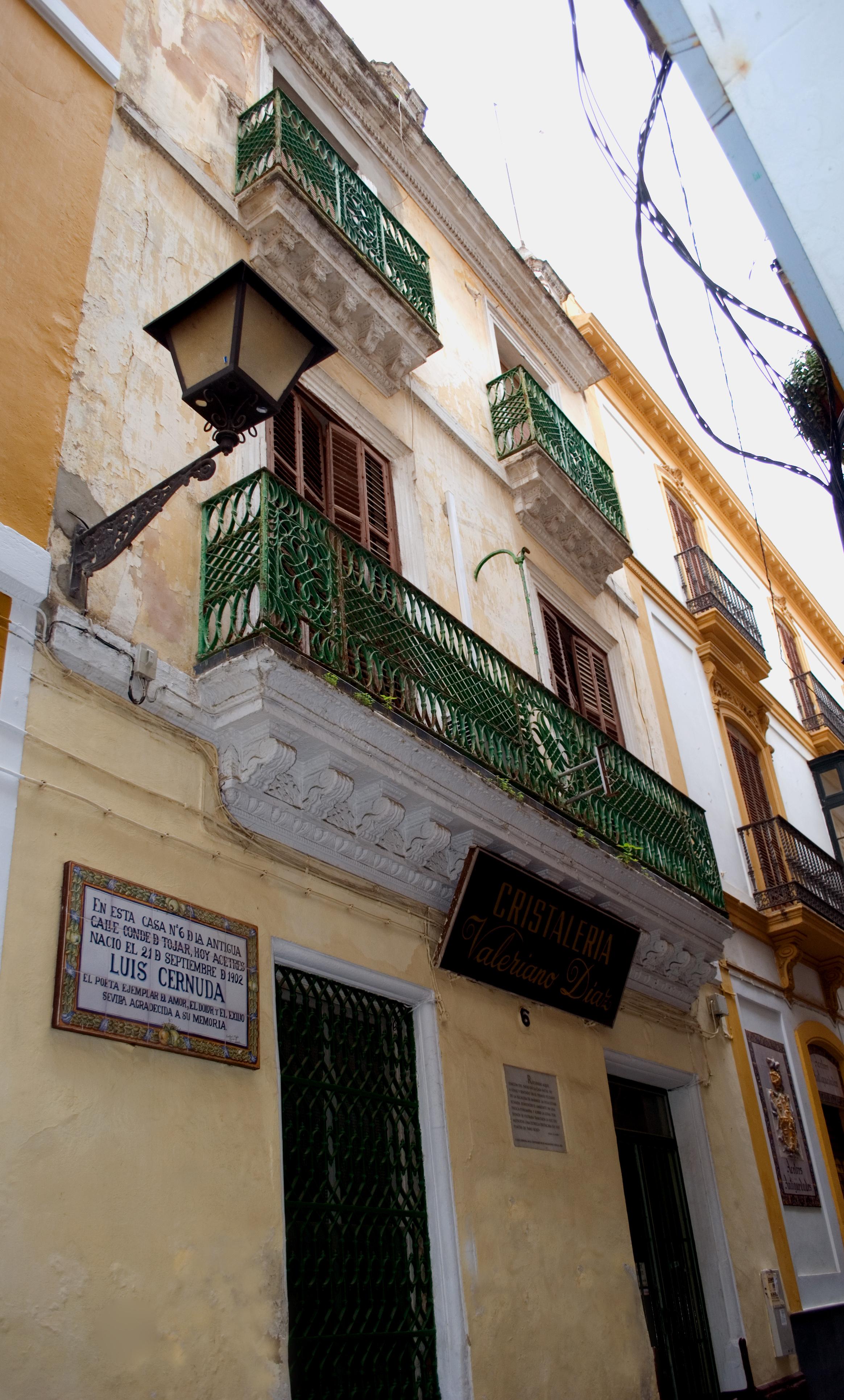 Casa natal del poeta en el número 6 de la antigua calle de Conde de Tojar, actualmente calle Acetres, en Sevilla.